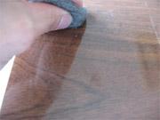 スチールウールで擦ると傷がつきます。